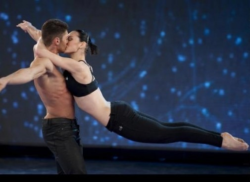 Bacio tra Giulia Pauselli e Stefano De Martino