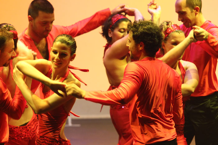 La scuola di salsa durante uno spettacolo di rueda coreografica