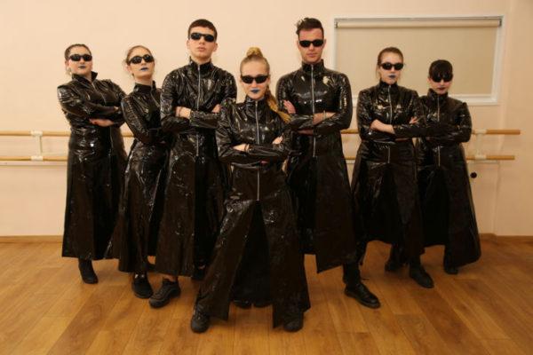 In sala foto di gruppo dei ragazzi di hip hop della scuola