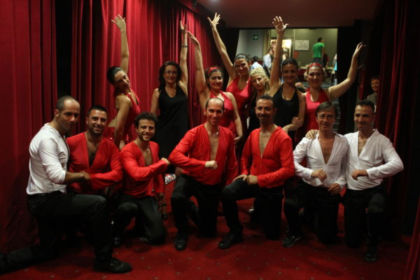Prima dell'esibizione foto di gruppo degli adulti di salsa