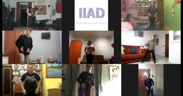 i ragazzi del corso di videodance online mentre provano di fronte al monitor e al docente