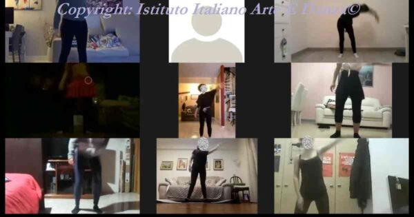 9 allievi durante il riscaldamento del corso di ginnastica posturale online