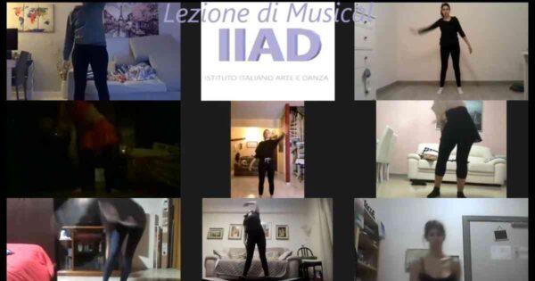 corso online di musical degli adulti durante la parte coreografica con 8 allieve e la maestra