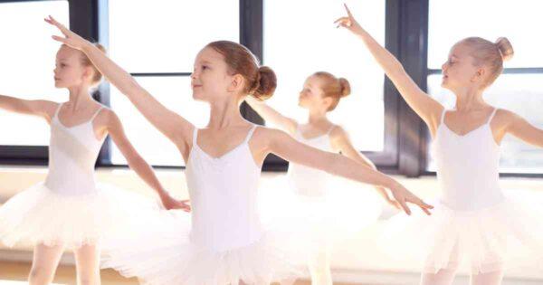 bambine durante un corso di danza classica col tutu