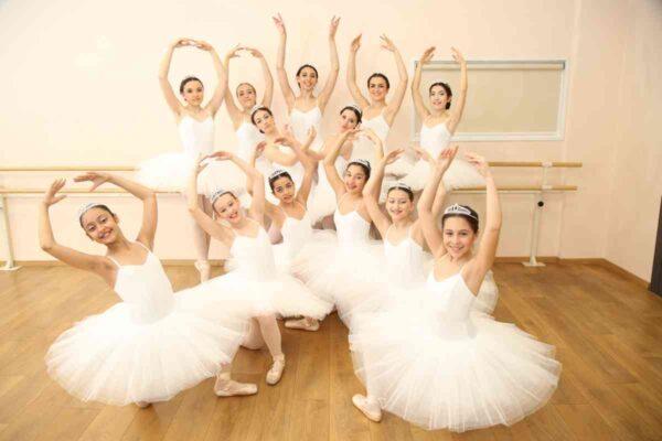 Le 13 aalieve del II corso di danza classica prima dell'esame